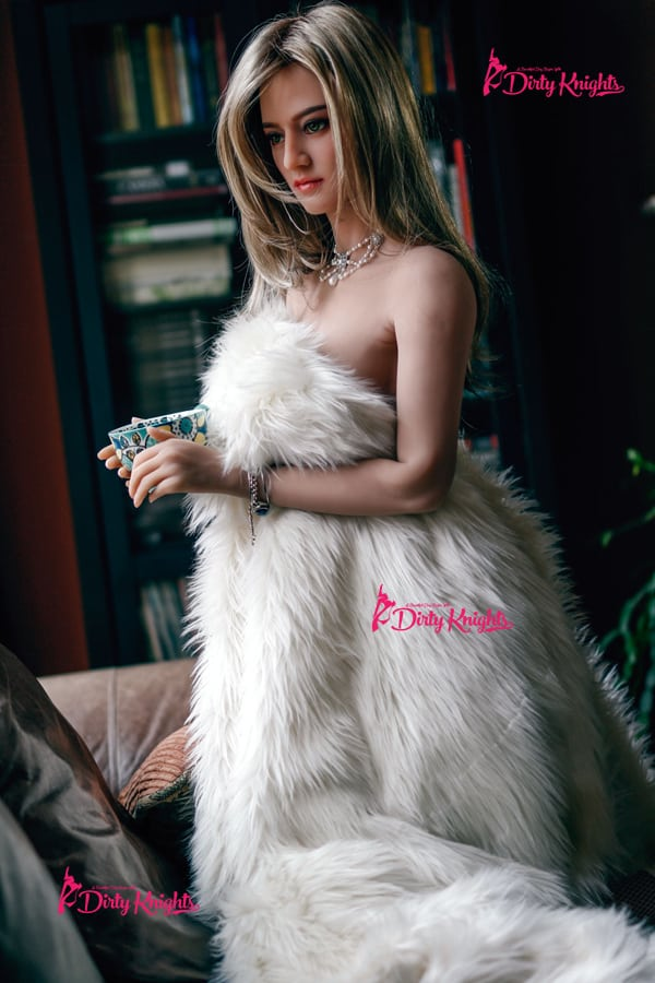 Sex-Doll-Riley-Posing-Nude-in-Classy-white-fur-1 (1)