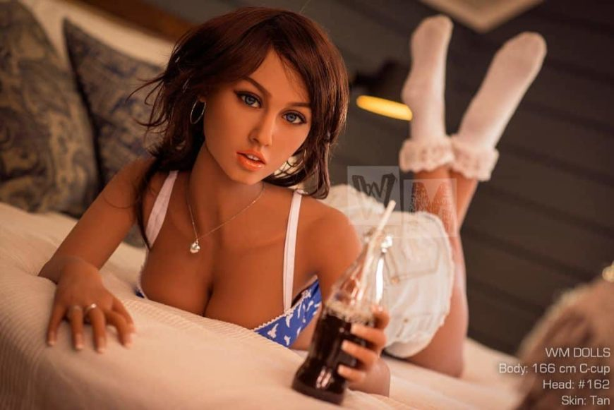 Sex-doll-peyton-taking-off-clothes-for-nude-photos-1 (8)